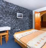 Private accommodation Ždiar 2651 - double-bed:   (1 x  double bed), TV+SAT, wi-fi (wireless) connection, č. 1 a č. 2, bathroom shared with another room (corner bath, washbasin, WC in the bathroom), floor